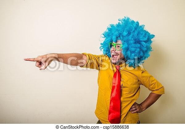 Un joven loco y divertido con peluca azul - csp15886638