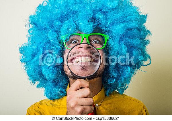 Un joven loco y divertido con peluca azul - csp15886621