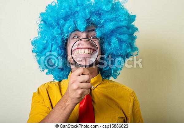 Un joven loco y divertido con peluca azul - csp15886623