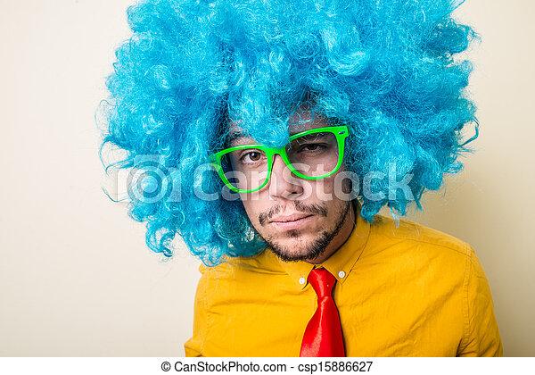 Un joven loco y divertido con peluca azul - csp15886627