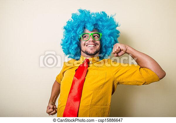 Un joven loco y divertido con peluca azul - csp15886647