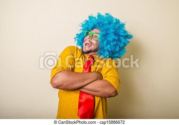 Un joven loco y divertido con peluca azul - csp15886672