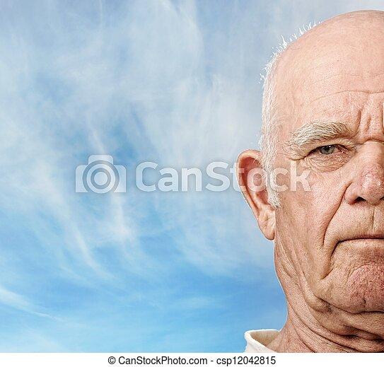 La cara del hombre mayor sobre el cielo azul - csp12042815