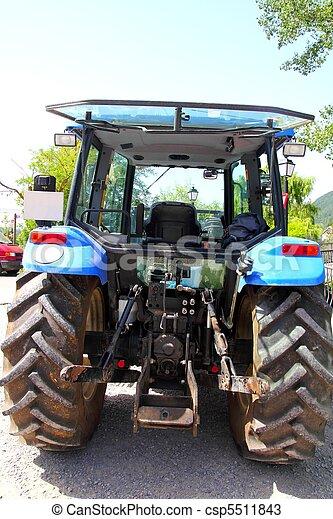 Los tractores ven ruedas grandes de color azul - csp5511843