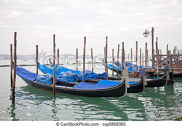 Gondolas con tapa azul en Venecia - csp5858365