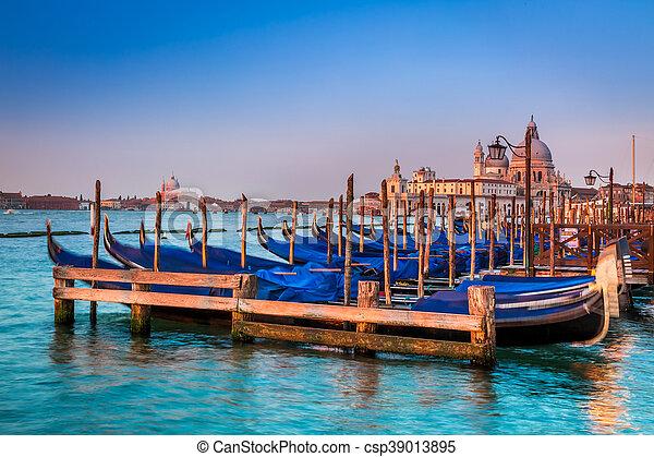 Gondolas azules al amanecer en Venecia - csp39013895