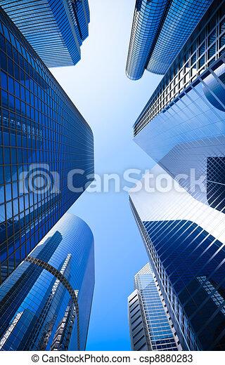 Skyscraper de vidrio azul de rascacielos calle de bajo ángulo - csp8880283