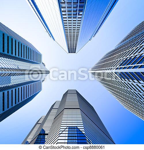 Skyscraper de vidrio azul rascacielos intersección de ángulo bajo - csp8880061
