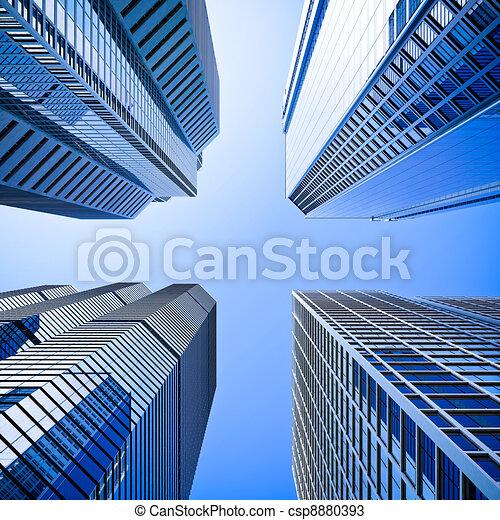 Vidrios de altura azul rascacielos de intersección en ángulo bajo - csp8880393