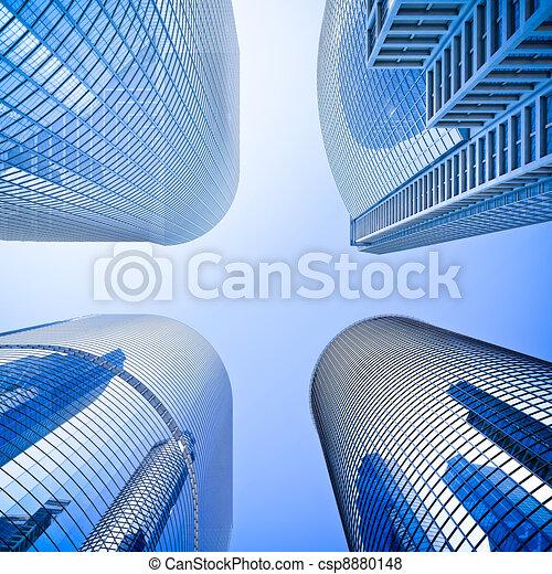 Skyscraper de vidrio azul rascacielos intersección de ángulo bajo - csp8880148