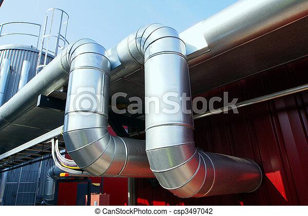 Oleoductos industriales en tuberías contra el cielo azul - csp3497042