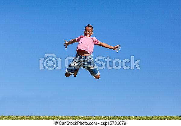 Retrato al aire libre de un hermoso adolescente negro saltando sobre un cielo azul gente africana - csp15706679