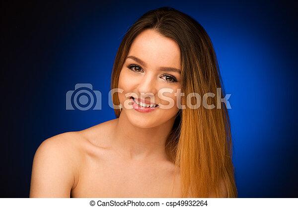 Retrato de belleza de una adolescente linda sobre fondo azul - csp49932264