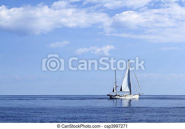 Un barco navegando en el océano horizonte marino azul - csp3997271