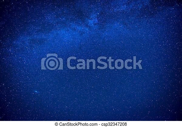 Cielo oscuro azul con muchas estrellas - csp32347208