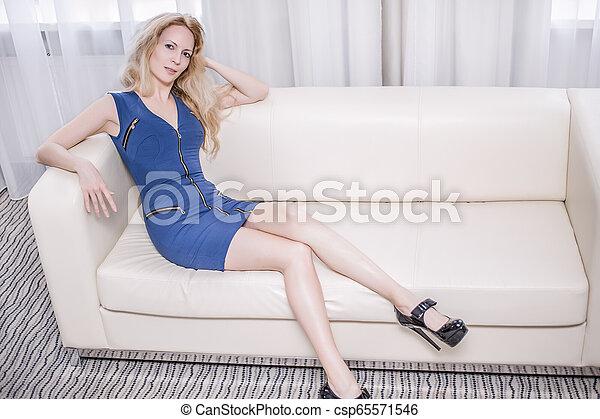 azul, mulher, sala, sofá, shortinho, vestido branco - csp65571546