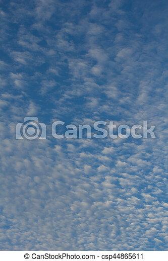 Cielo azul con textura de nubes y fondo - csp44865611