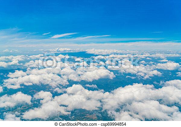 Cielo azul con nubes. - csp69994854