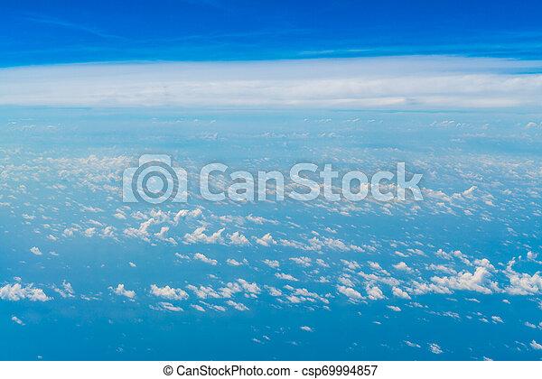 Cielo azul con nubes. - csp69994857