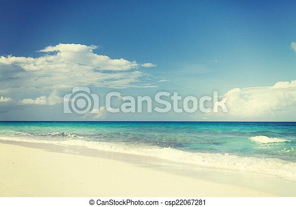 Mar azul o océano, arena blanca y cielo con nubes - csp22067281