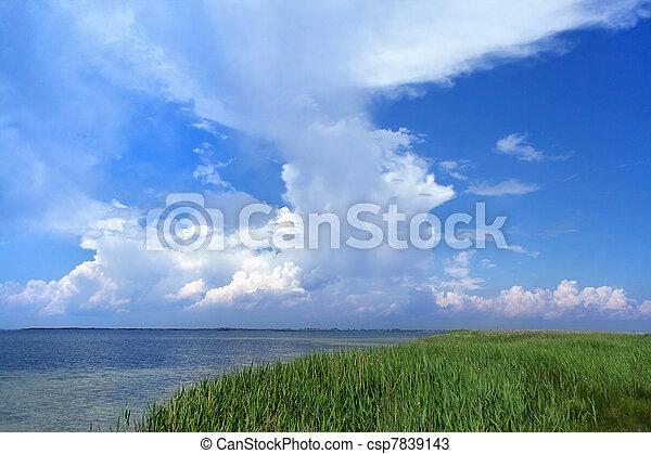 Cielo azul con nubes blancas - csp7839143