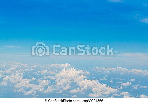 Cielo azul con nubes. - csp69994866