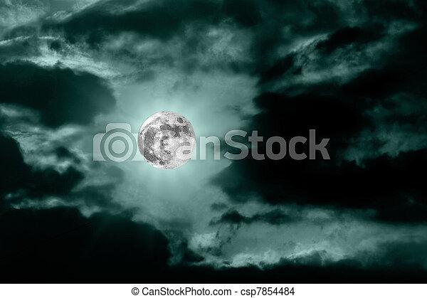 La luna en el oscuro cielo nocturno azul - csp7854484