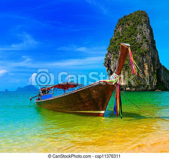 Paisaje de viaje, playa con agua azul y cielo en el verano la naturaleza de Tailandia hermosa isla y tradicional embarcación Escena del paraíso tropical - csp11376311