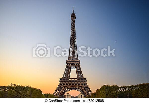 Torre Eiffel en París al atardecer con cielo azul y amarillo - csp72012508