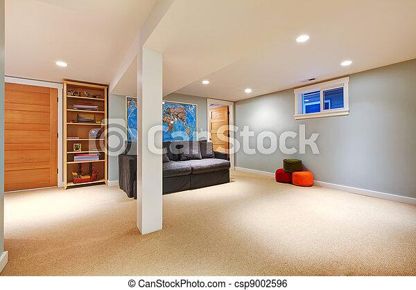 Grandes sótanos azules con sofá. - csp9002596