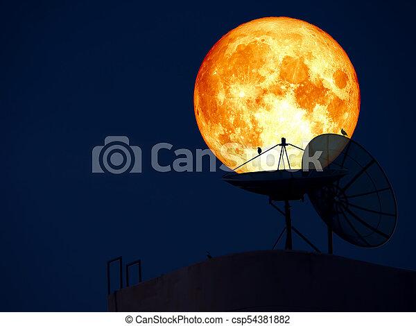 Luna de sangre super azul sobre el satélite de antenas - csp54381882