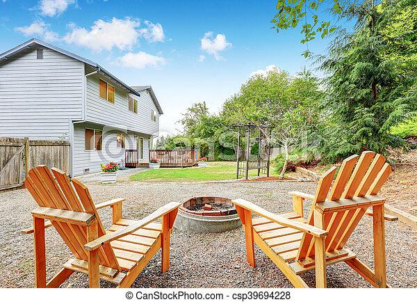 Azul, sillas del césped, casa, dos, backyard., exterior. Azul ...