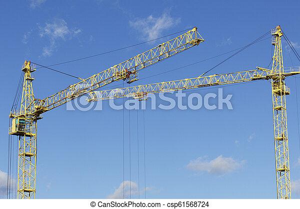 Las flechas de la Torre Amarilla se cruzan contra un cielo azul. - csp61568724