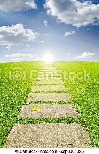 Camina hacia el sol y el cielo azul - csp8061325