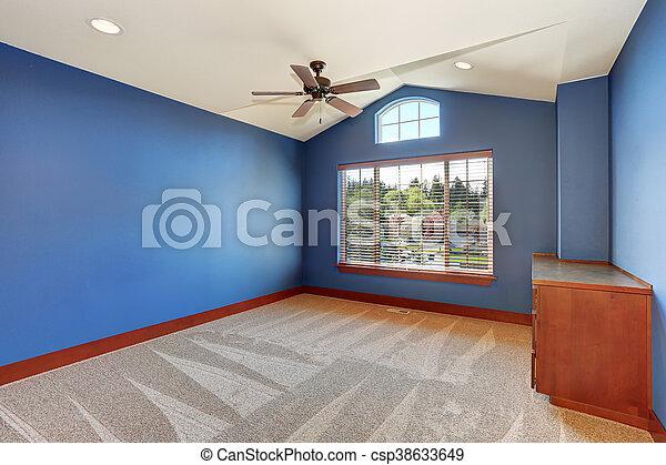 El interior de la habitación vacía azul con techo acorazado y piso de alfombra. - csp38633649