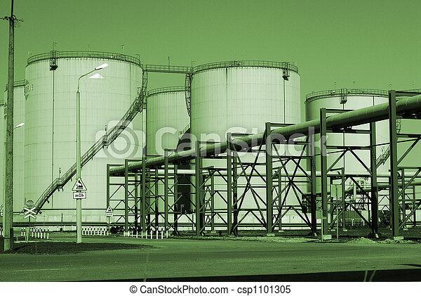 Oleoductos industriales contra el cielo azul - csp1101305