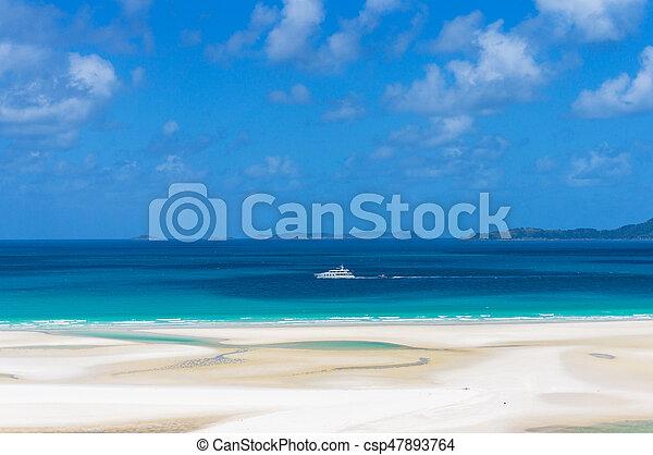 Crucero blanco, barco en aguas azules turquesa del mar coral - csp47893764
