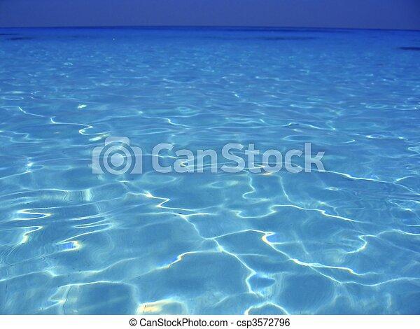 Agua turquesa azul mar Caribeña en Cancún - csp3572796