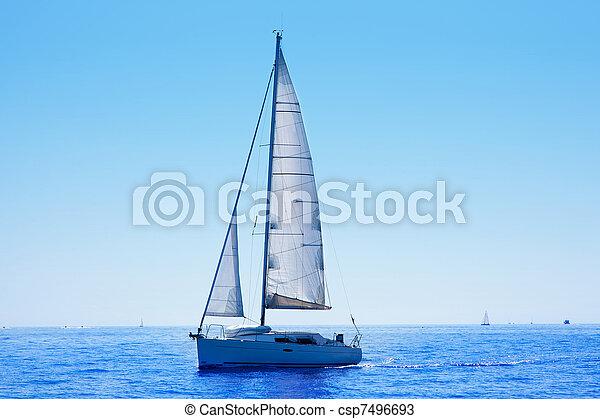 Barco azul navegando mar mediterráneo - csp7496693