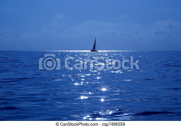 Barco azul navegando mar mediterráneo - csp7496559