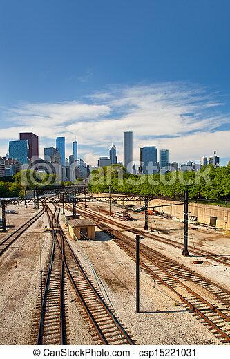 Huellas de ferrocarril yendo al centro de Chicago en un hermoso día de verano con cielo azul - csp15221031