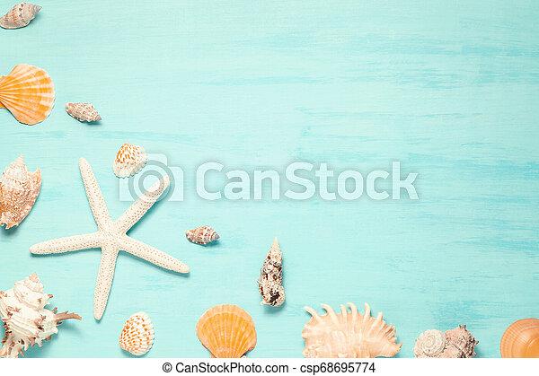 Antecedentes de mar azul con espacio de copia y conchas marinas, concepto de vacaciones de verano y vacaciones - csp68695774