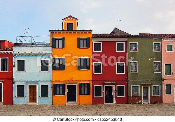 Calle de casas coloridas en Burano Venecia en verano con cielo azul - csp52453848
