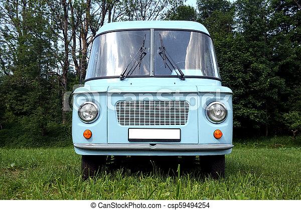 Un viejo coche azul, frente a la vista - csp59494254