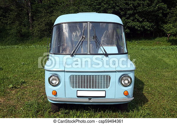 Un viejo coche azul, frente a la vista - csp59494361