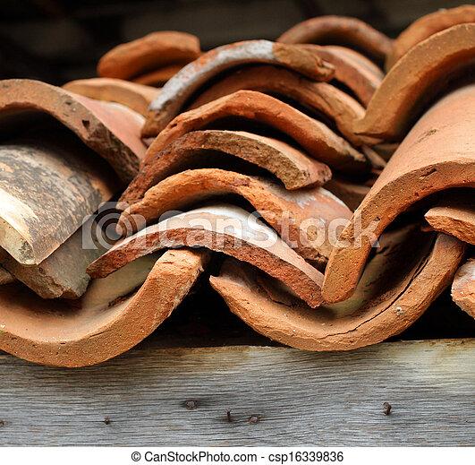 Viejas baldosas de arcilla - csp16339836