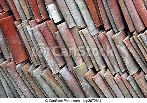 Imágenes de un montón de viejas tejas de arcilla apiladas - csp3072641
