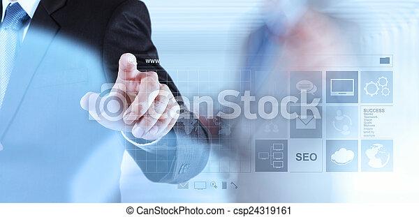 Hombre de negocios trabajando con Www. Escrito en bar de búsqueda en modo - csp24319161