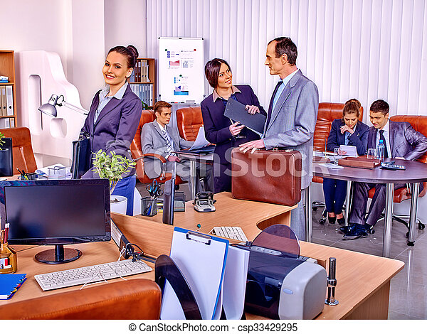 Firmenvertreter im Büro. - csp33429295