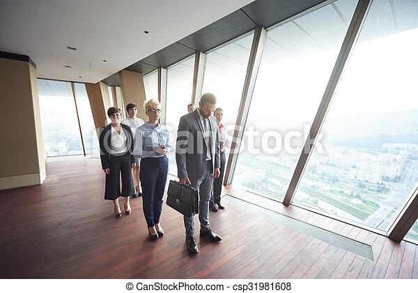 Geschäftsmannsgruppe im Büro - csp31981608
